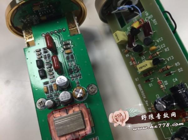 、监听设备等录音设备的限制到后期处理都 可以决定音质好坏。所以我们应该综合理性的去判断,根据自己的需要和预算去购买,不能盲目跟风,歌手自身的演唱基础,乐者本身的演奏功底,这才是硬道理。  一、外观对比 得胜金杯麦克风和BLUE对比  金杯麦克风和BLUE都采用了镀金聚酯大振膜音头,外观上采用了膜盒组与管体分离设计的结构。这样设计的好处是可以降低麦身对高频声波的遮蔽效应。金杯的音头 为正面圆形侧面扁平的圆柱形设计,而BLUE的音头是圆球型设计。尺寸上看,金杯从音头到管体的尺寸都比BLUE稍大,BLUE整体外