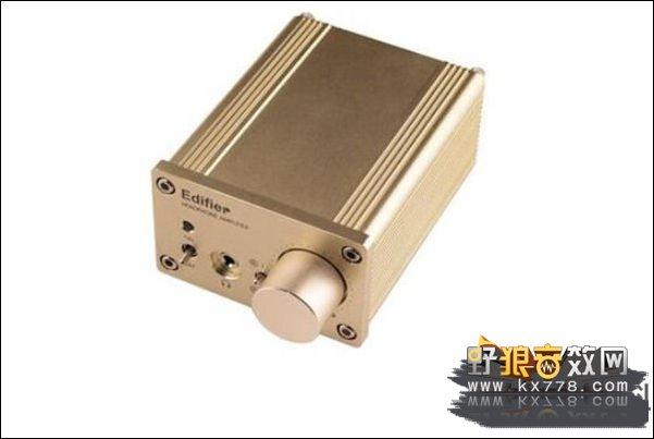 3、综合评测   HA11耳机放大器,相比传统耳放,它显然精简了很多,但仍支持了双路信号输出,在前面板提供了信号选择,耳机接口采用3.5mm接口,音量增义旋钮硕大,操控起来比较容易,显而易见,这款耳放是以够用务实的态度设计研发的,当然务实也要建立在基本专业性能无损的基础之上。HA11采用铝制表面设计,面板经过了抛光处理,无疑,香槟色的外观还是非常讨人喜欢的。正面板除了3.